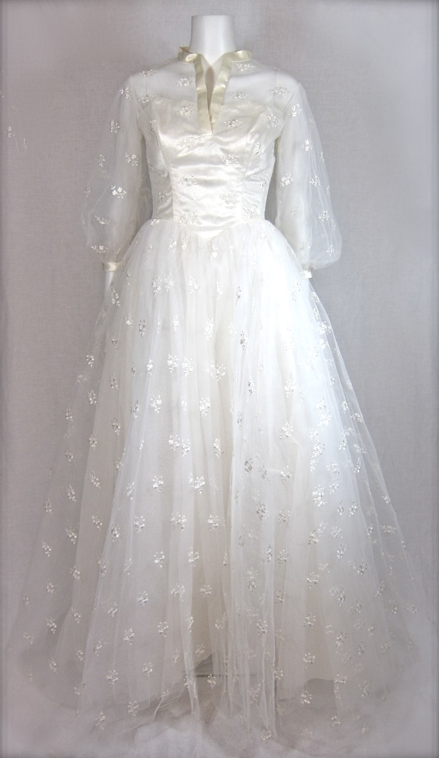 VINTAGE 1950s GRACE KELLY EMBROIDERED TULLE WEDDING DRESS For Sale | Antiques.com | Classifieds