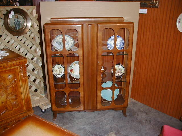 Merveilleux Scully Hand Carved English China Cabinet Scully Hand Carved English China  Cabinet   For Sale