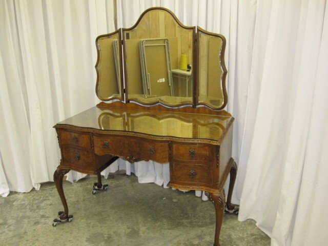 We have for sale an early 1900  39 s walnut queen anne tri fold bevel mirror vanity dresser with inlay burl 100  original  The vanity is from England. 1900s England Walnut Tri Mirror Vanity Desk Inlay Burl For Sale