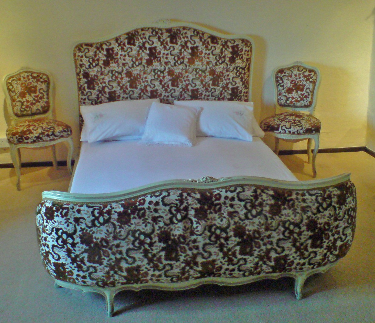 A3 very nice antique bedroom set upholstered demi for Very nice bedroom furniture