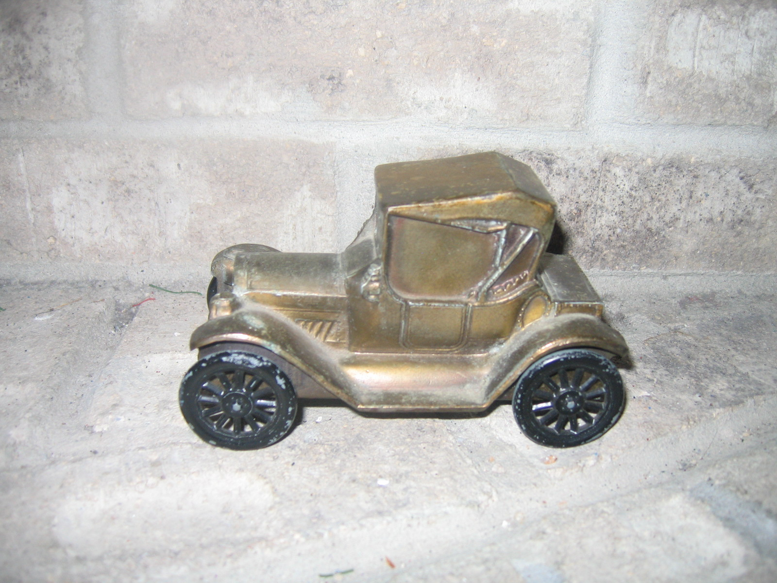 Vintage metal ford money coin collectible bank item 1005 for Antique items worth a lot of money