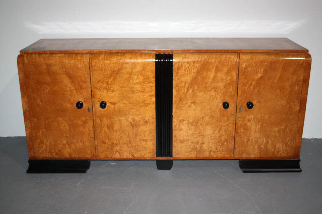 ANTIQUE ART DECO MAPLE WOOD SIDEBAORD CIRCA 1930 Today we offer you this  beautiful Art Deco Sideboard. This has a great looking maple grain on it! - ANTIQUE ART DECO MAPLE WOOD SIDEBAORD CIRCA 1930 For Sale Antiques