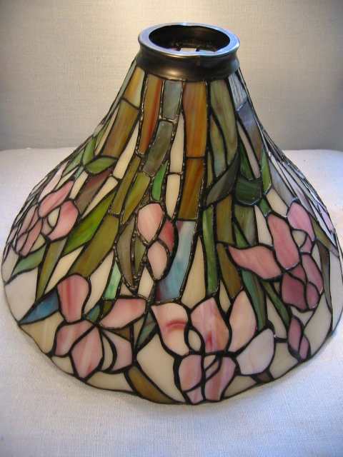 stained glass blossom lamp shade marked dale tiffany for sale. Black Bedroom Furniture Sets. Home Design Ideas