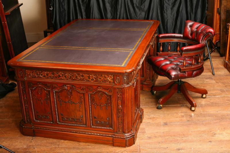 Mahogany Presidents Resolute Desk Partners & Chair Set - For Sale - Mahogany Presidents Resolute Desk Partners & Chair Set For Sale