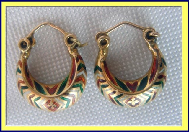 ANTIQUE 22K GOLD ENAMELLED TINY MINAKARI HOOP EARRINGS For Sale