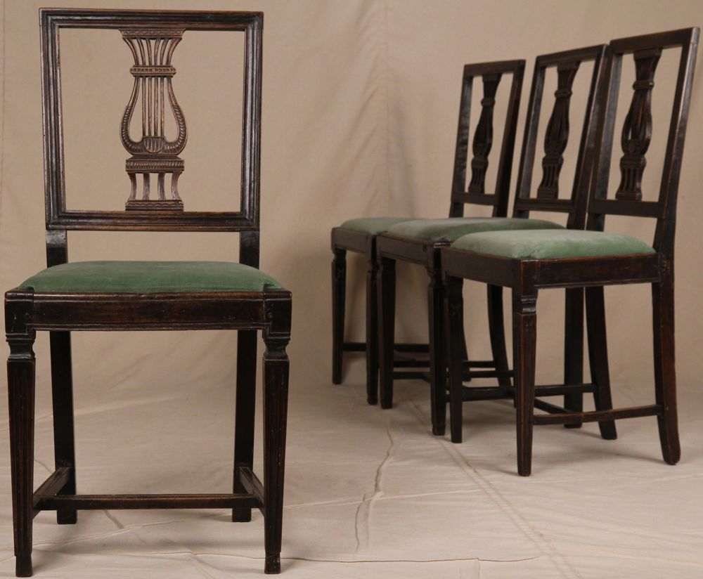 Antique italian chairs - Set Of Four Italian Neoclassical 18th Century Antique Carved Walnut Side Chairs For Sale
