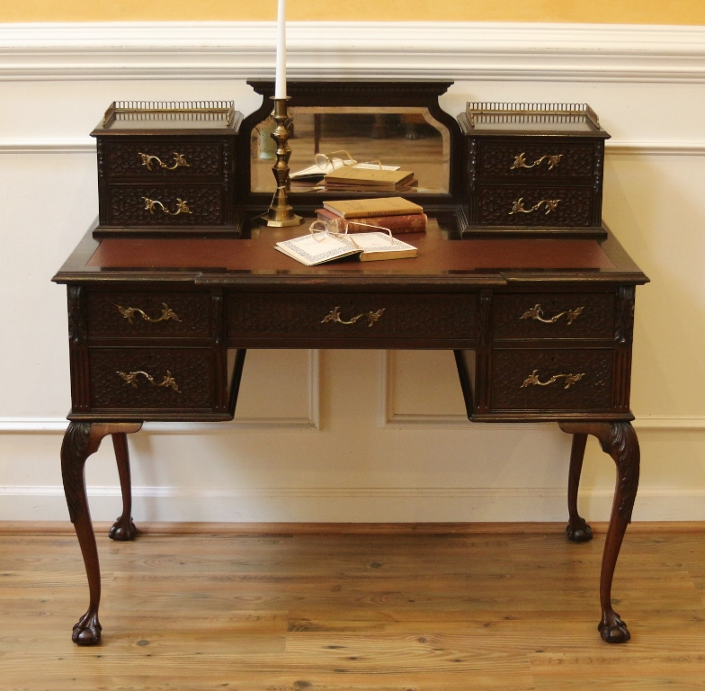 chippendale writing desk Check out leslie keno's antiques roadshow appraisal of this 1798 thomas howard chippendale slant-front desk from billings, hour 3.