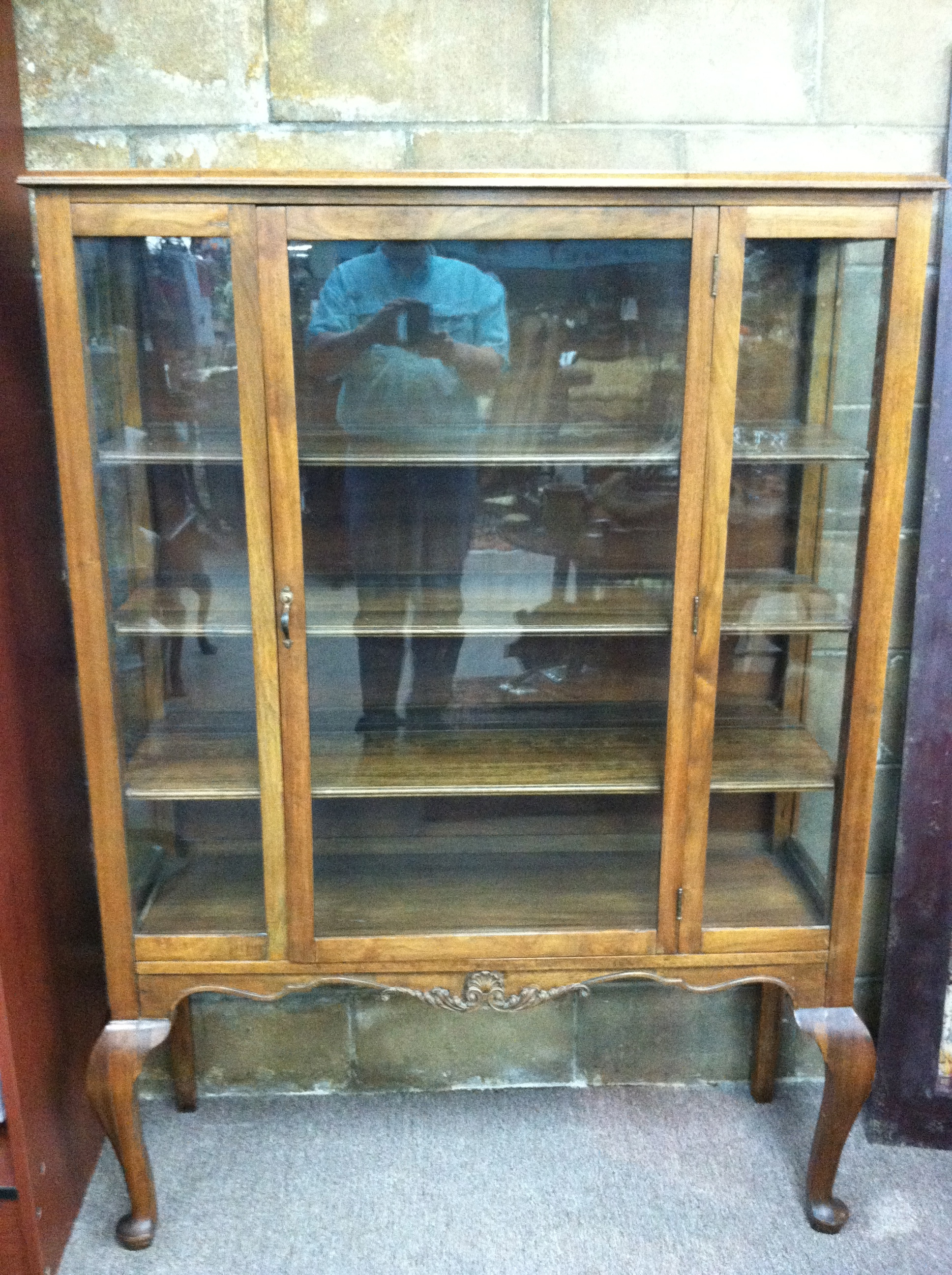 Offered Here Is A Gorgeous Antique Oak China Cabinet Circa 1920. This Piece  Is In Excellent Condition And Features Queen Anne Legs.