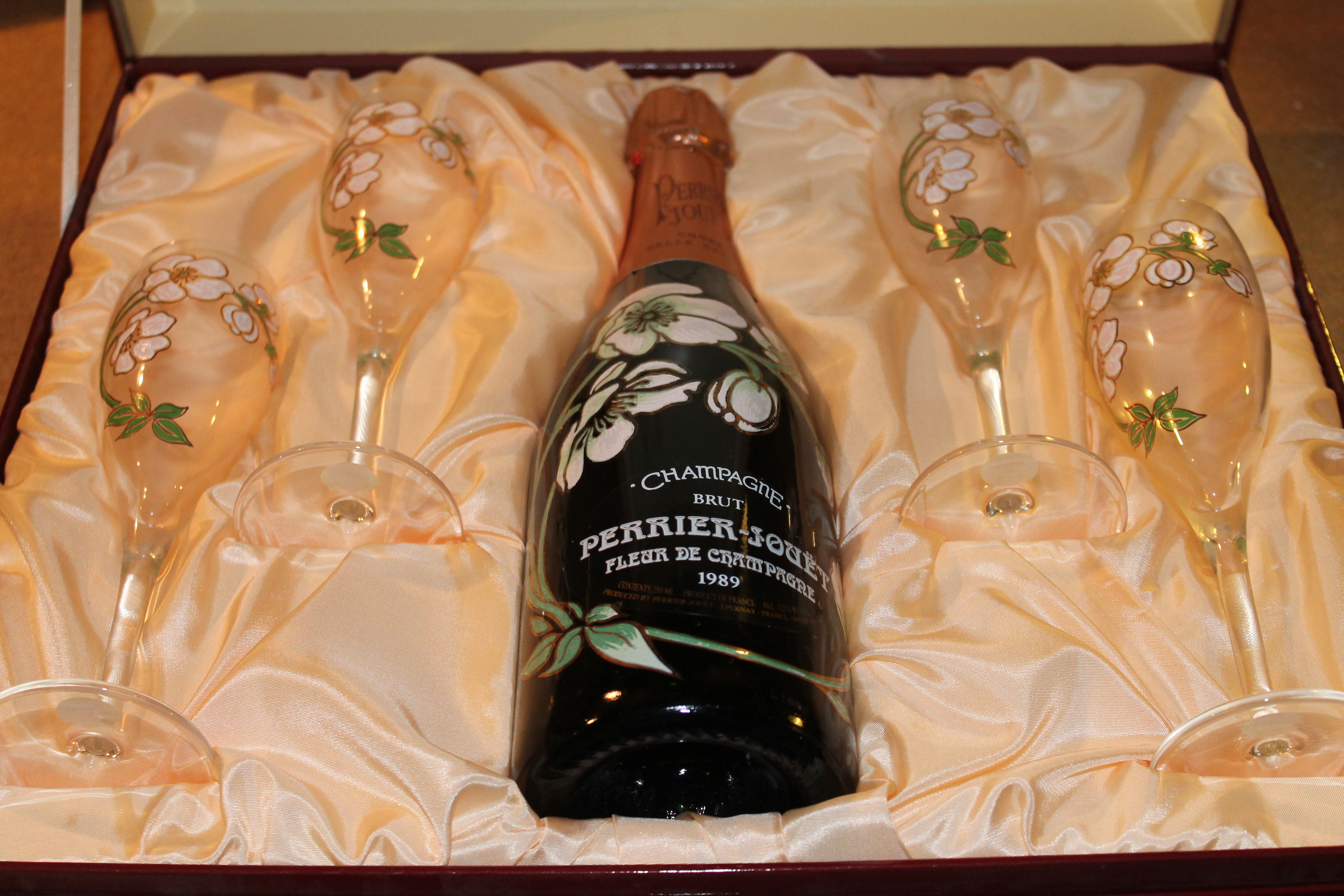 PERRIER JOUET CHAMPAGNE GIFT SET WITH 4 PAINTED GLASSES - For Sale