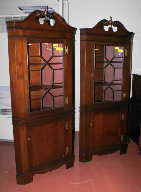 Incredible matched pair of solid mahogany Craftique corner cabinets - For  Sale - Incredible Matched Pair Of Solid Mahogany Craftique Corner Cabinets