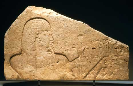 objetos egipcios en venta. Ori__521550142_1094426_Fragment_of_an_Egyptian_Limestone_Wall_Panel_Depicting_a_Pharaoh_-_X.0383